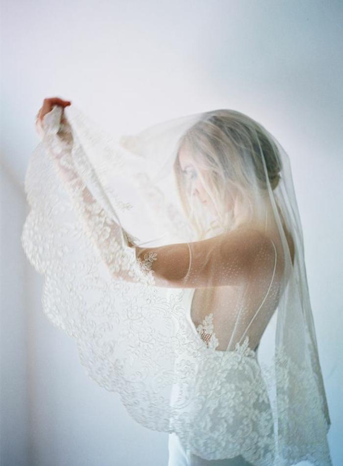 comment porter le voile nuptial en dentelle, une robe de mariée à fines bretelles