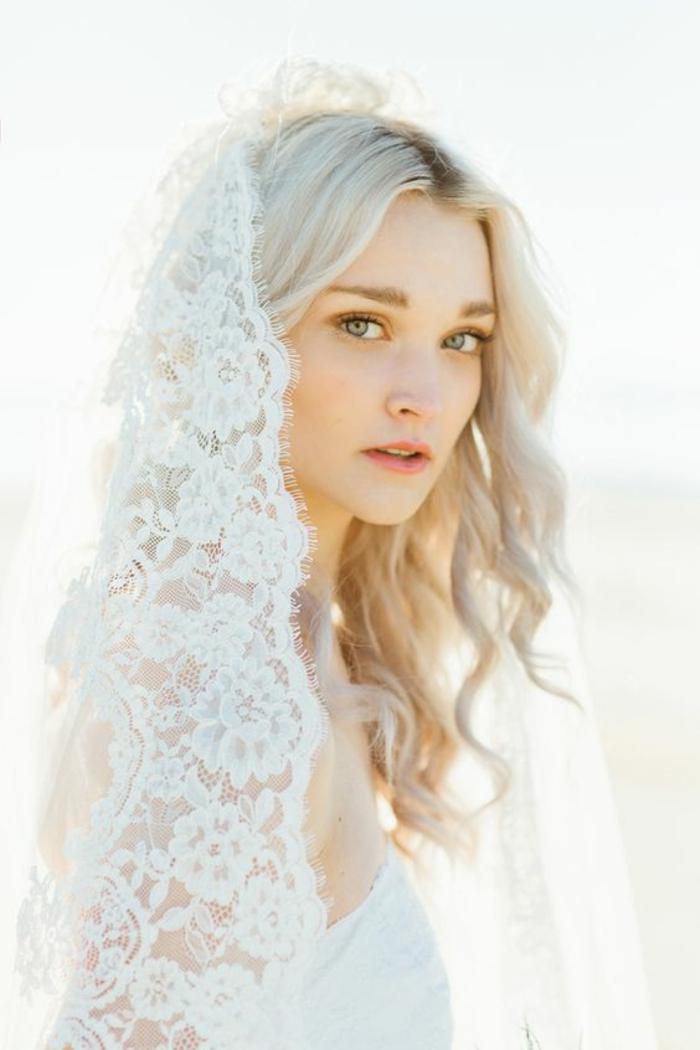 comment porter le voile nuptial en dentelle, coiffure de mariage cheveux détachés