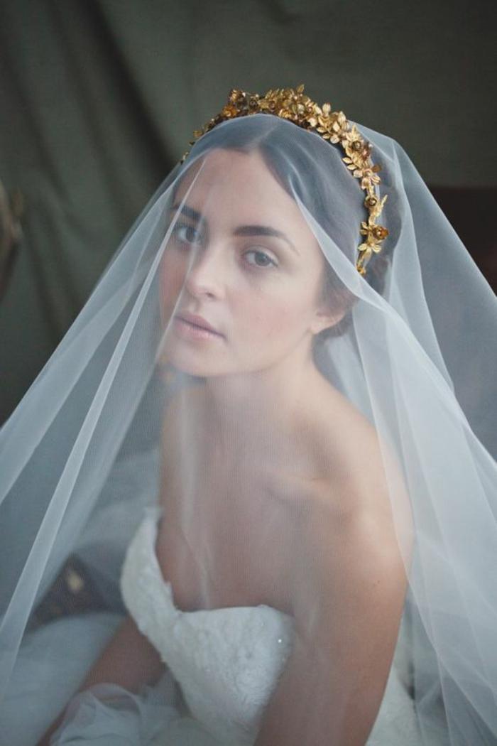 une robe de princesse combinée avec un long voile mariée et couronne dorée
