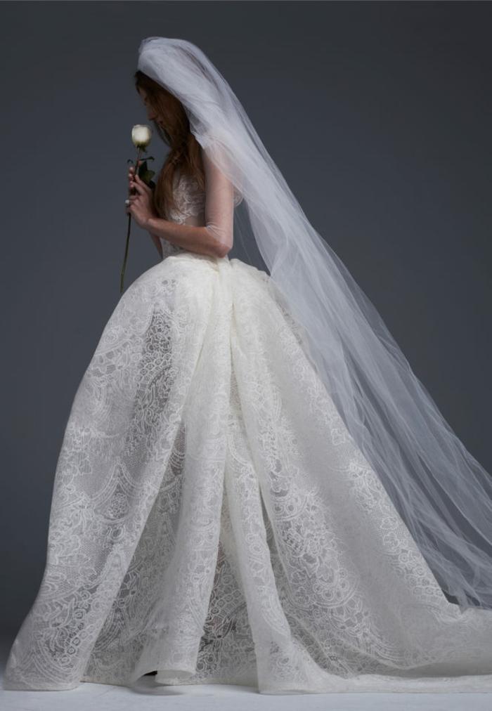 look de princesse sublime, une robe de mariée dentelle fine à jupe volimineuse