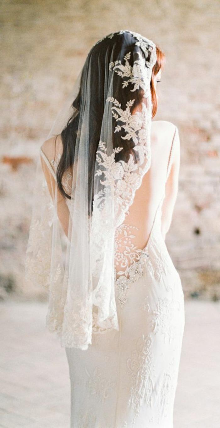 un voile de mariée traditionnel mantille associé à une robe élégante contemporaine à dos décolleté