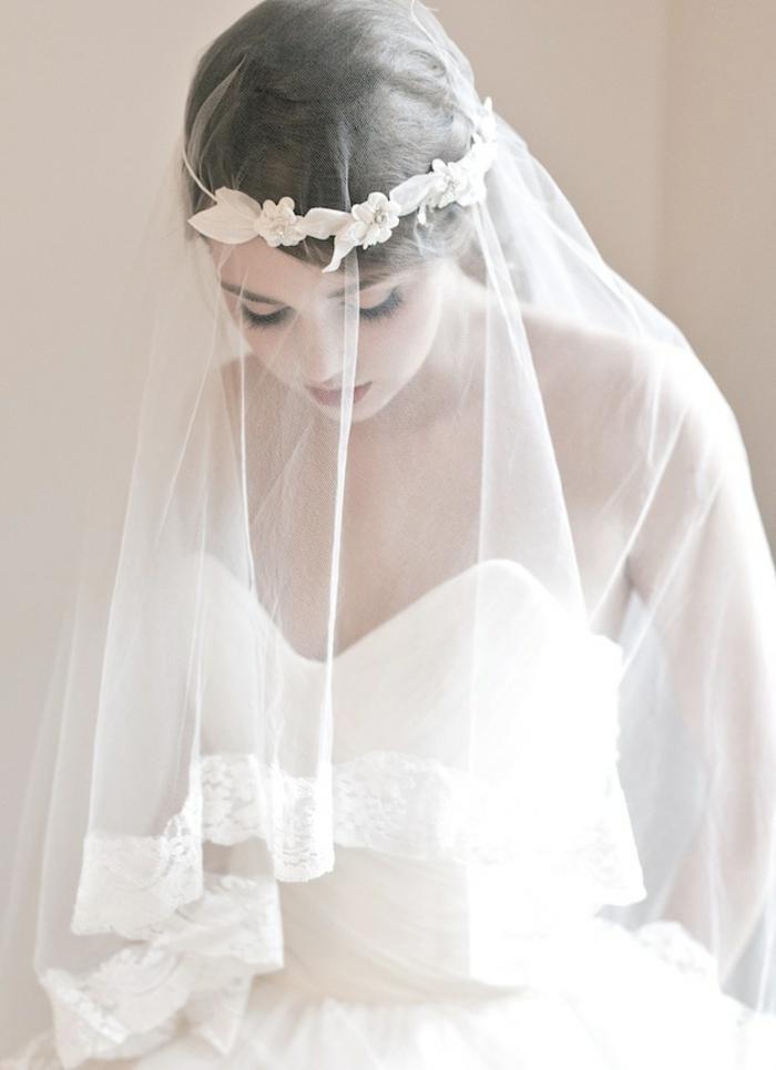 accessoire mariage pour cheveux orné de fausses fleurs et voile nuptial ancien mi-long à finition en dentelle