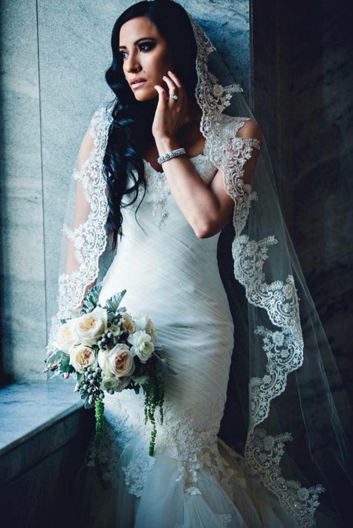 une robe de mariée sirène portée avec voile de mariée mantille sur cheveux détachés