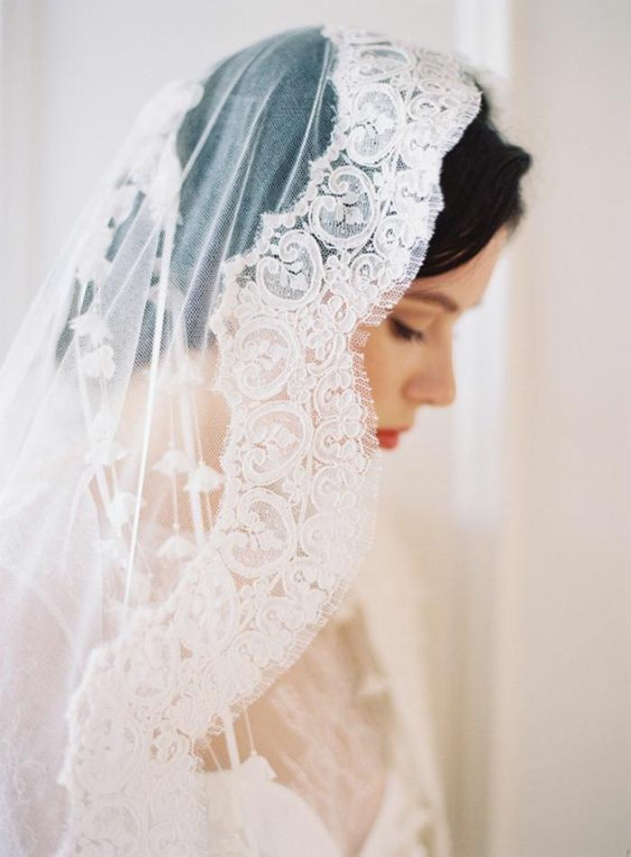 un look de mariage traditionnel, voile mariée mantille à porter pour une cérémonie religieuse