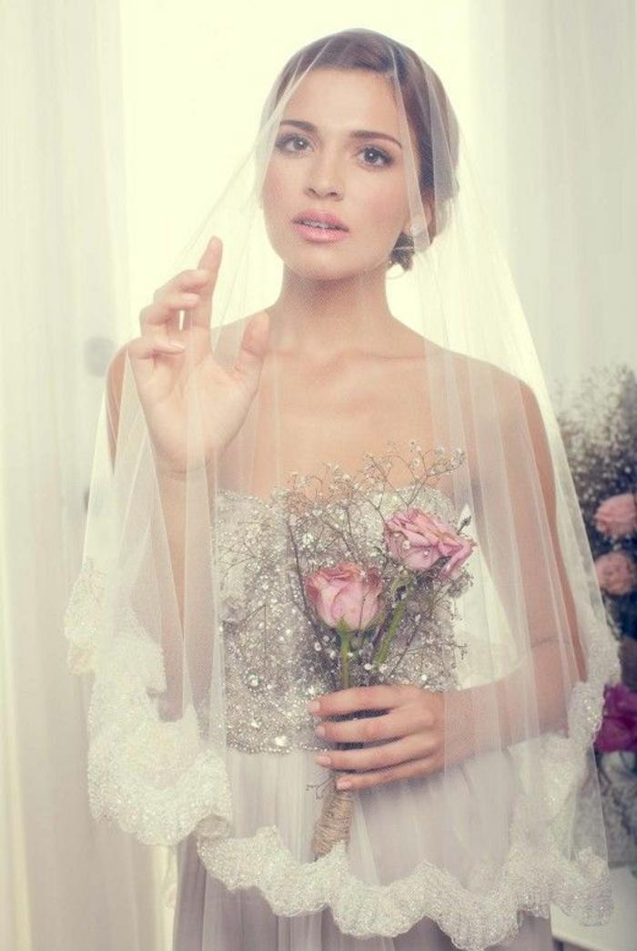 une vision de mariée romantique et féminine, accessoire mariage intemporelle, voile nuptiale à finition en dentelle