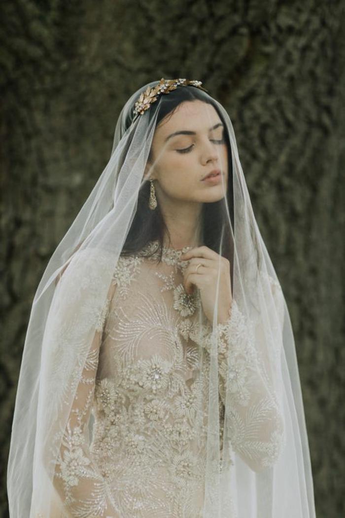 une robe élégante à manches longues dentelle combinée avec voile long et accessoire mariage pour cheveux en laiton