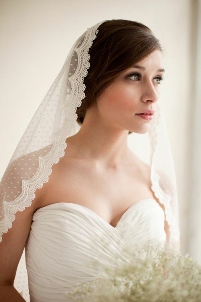 un accessoire mariage ancien pour une cérémonie religieuse, voile mantille à pois et bordure dentelle