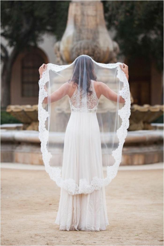 élégant voile de mariée mantille à bordure dentelle et robe de mariée romantique très fluide et légère