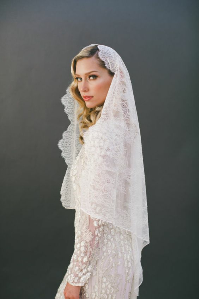 un voile mariée en dentelle, robe de mariée conservative à manches longues