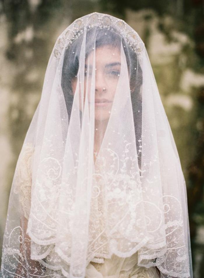 voile de mariée brodé d'inspiration vintage combiné avec jolie courone