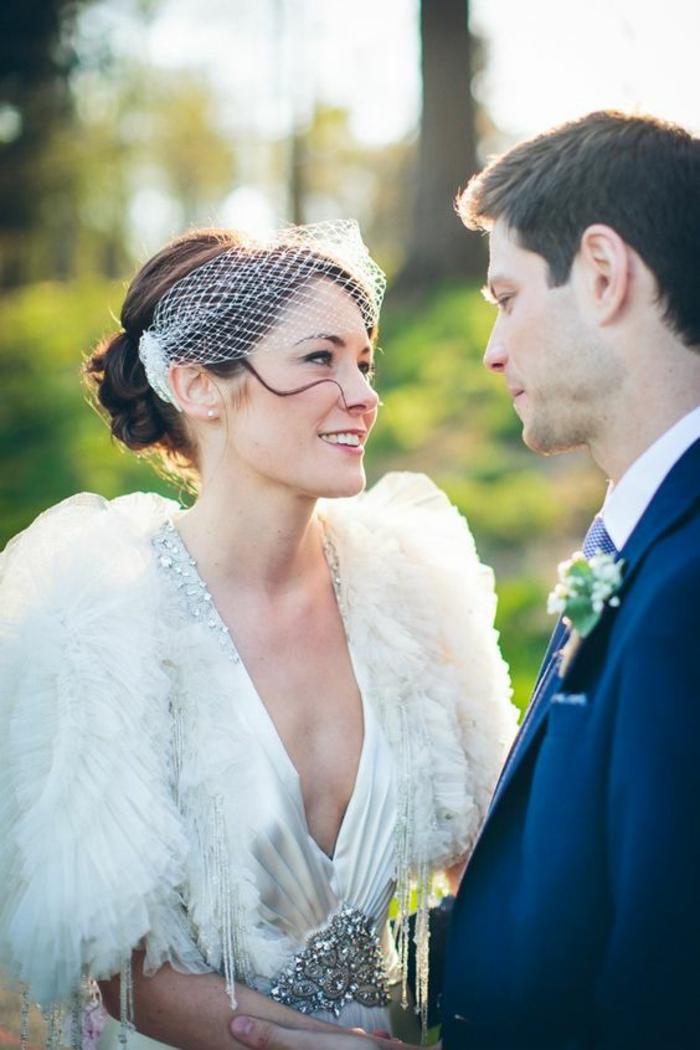 un look de mariée glamour et rétro avec un accessoire mariage original, voilette résille élégante
