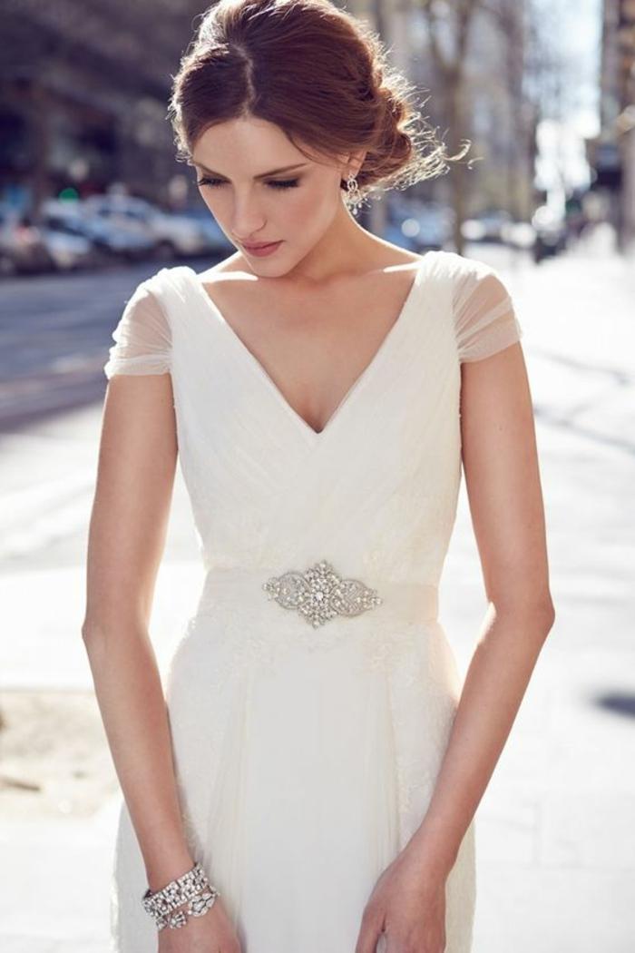 un modèle de robe mariée empire contemporaine à taille haute ajustée avec jolie ceinture argentée