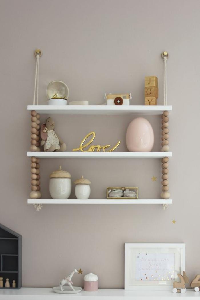 une étagère murale avec perles bois dans l'esprit scandinave pour une touche naturelle dans la chambre d'enfannt