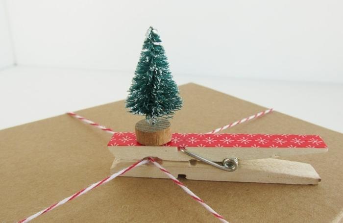 emballage de noël original, une étiquette cadeau fait avec une pince à linge bois