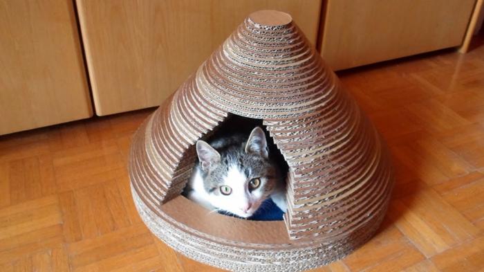 abri pour chat en carton, maison en carton forme pyramidale