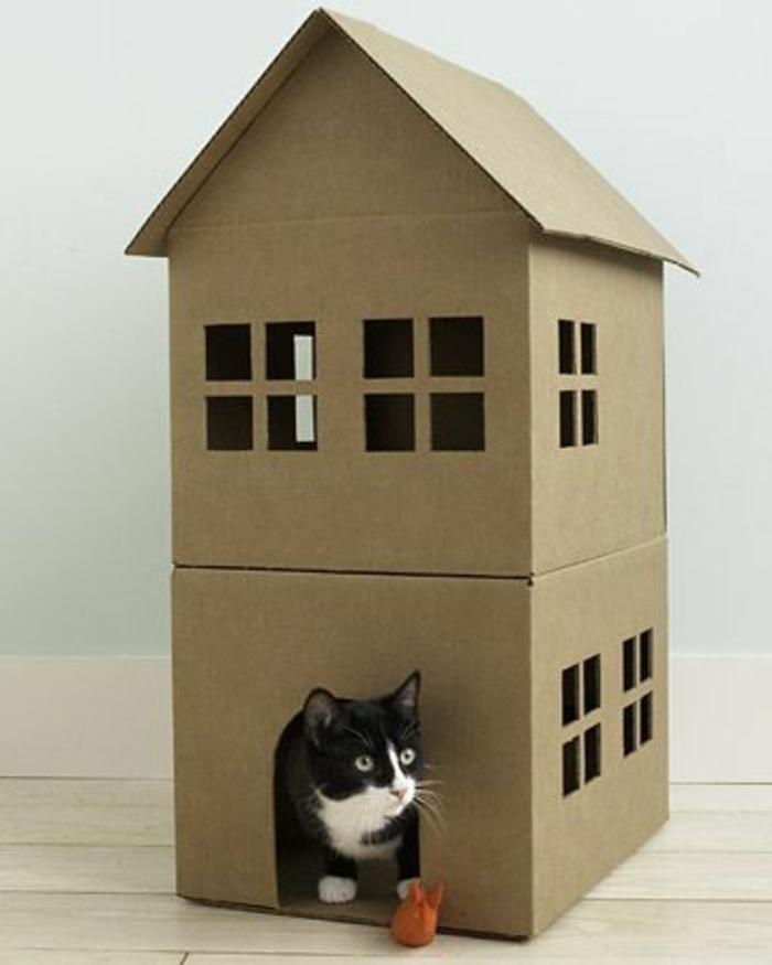 abri pour chat, maison pour chat en carton, deux étages, porte et plusieurs fenêtres