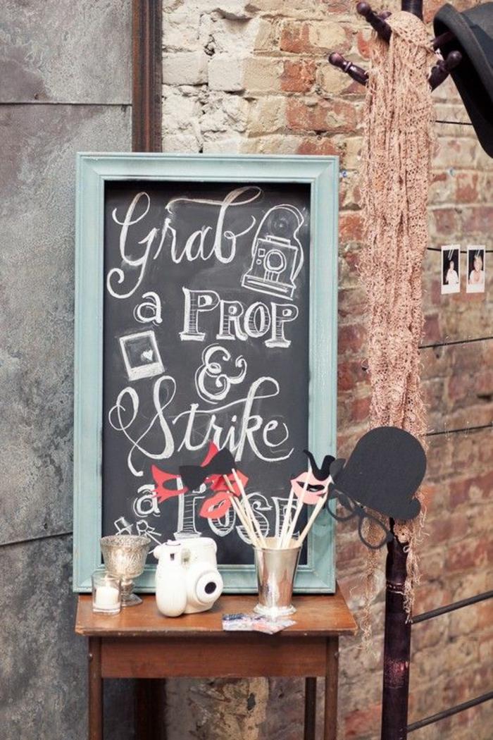 emplacement réservé aux accessoires photobooth, un panneau d'indication en ardoise