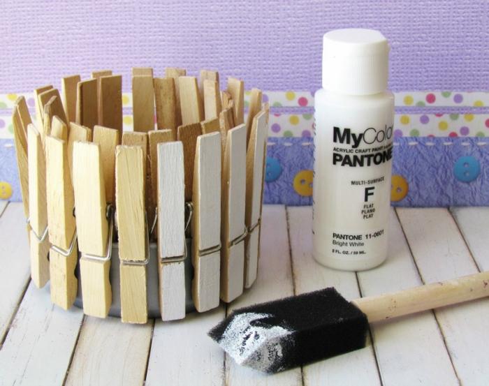 jolie panier coloré fabriqué à partir des pinces à linge et une boîte de conserve recyclée, que faire avec pinces à linge en bois