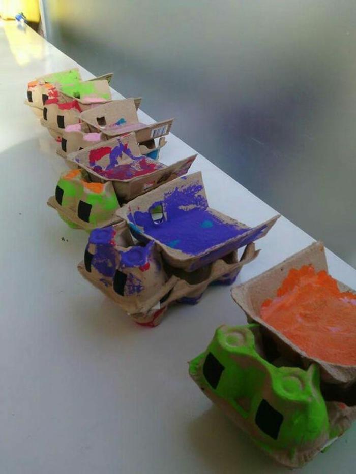 activité manuelle avec boite a oeuf, camions colorés en boîtes d'oeufs