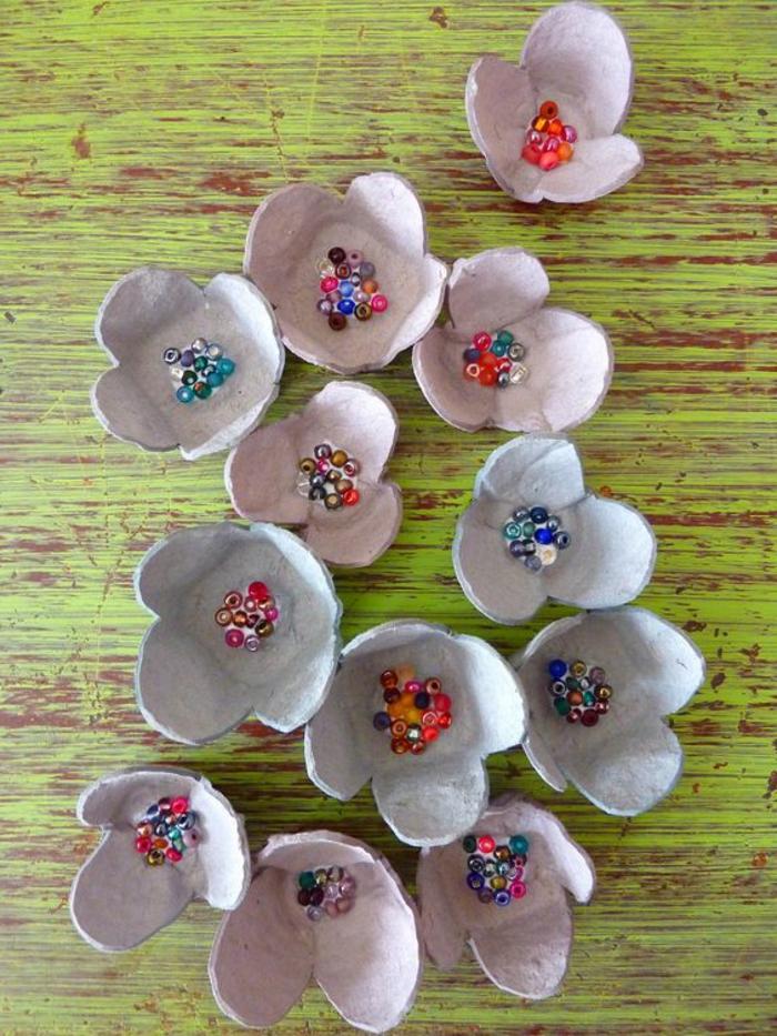 activité manuelle avec boite a oeuf, fleurs créées avec des niches pour yeux