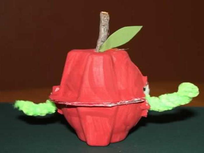 activité manuelle avec boite a oeuf,pomme avec chenille cahcée