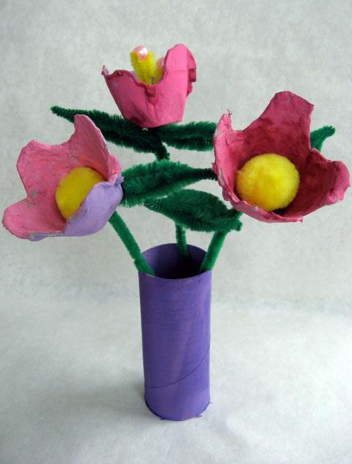 activité manuelle avec boite a oeuf, vase avec fleurs de rouleau de papier toilette