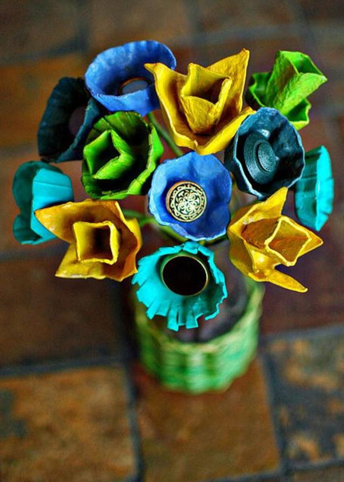 activité manuelle avec boite a oeuf, décoration de fleurs colorés artificielles