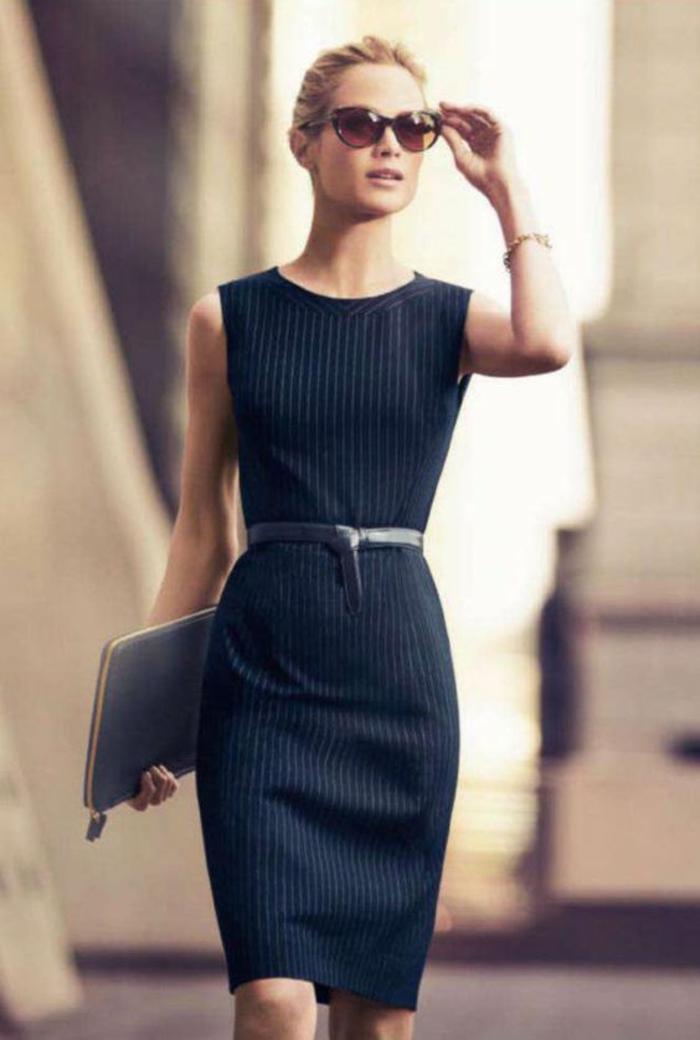trouver son style vestimentaire femme robe noire stylée lunettes