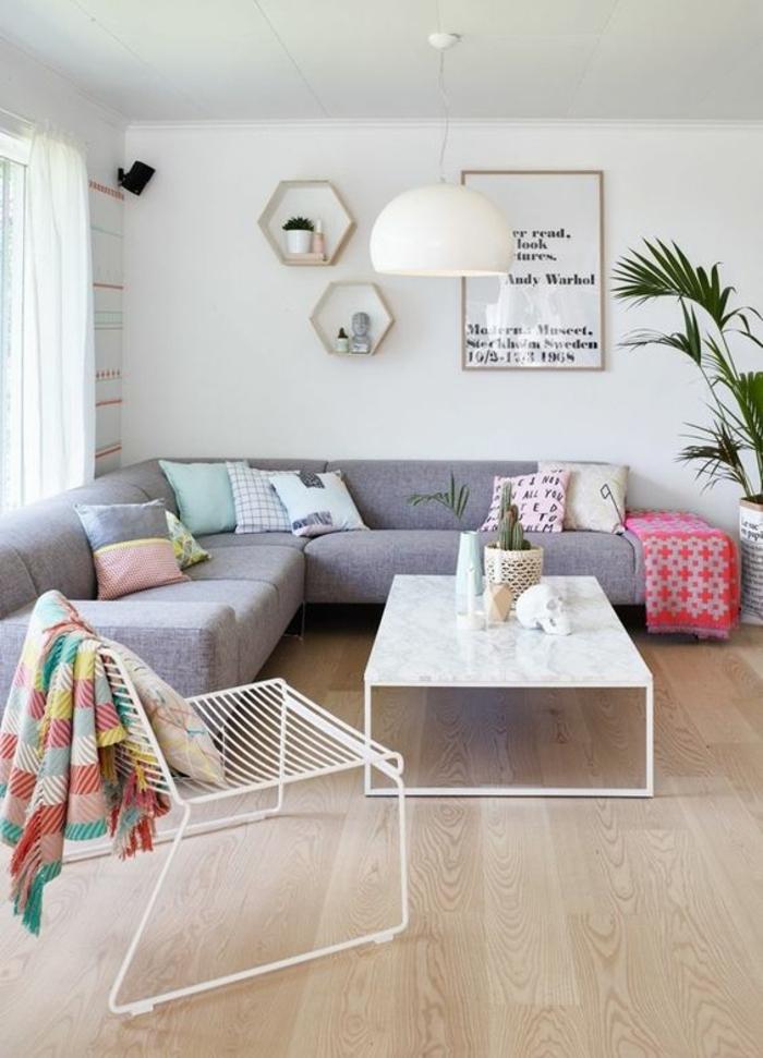 aménager une chambre de 10 m2, joli salon avec sofa d'angle gris et table basse blanche