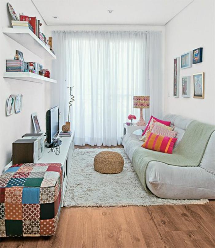 aménager une chambre de 10 m2, tapis blanc moelleux, pouf, grand canapé matelas et étagères