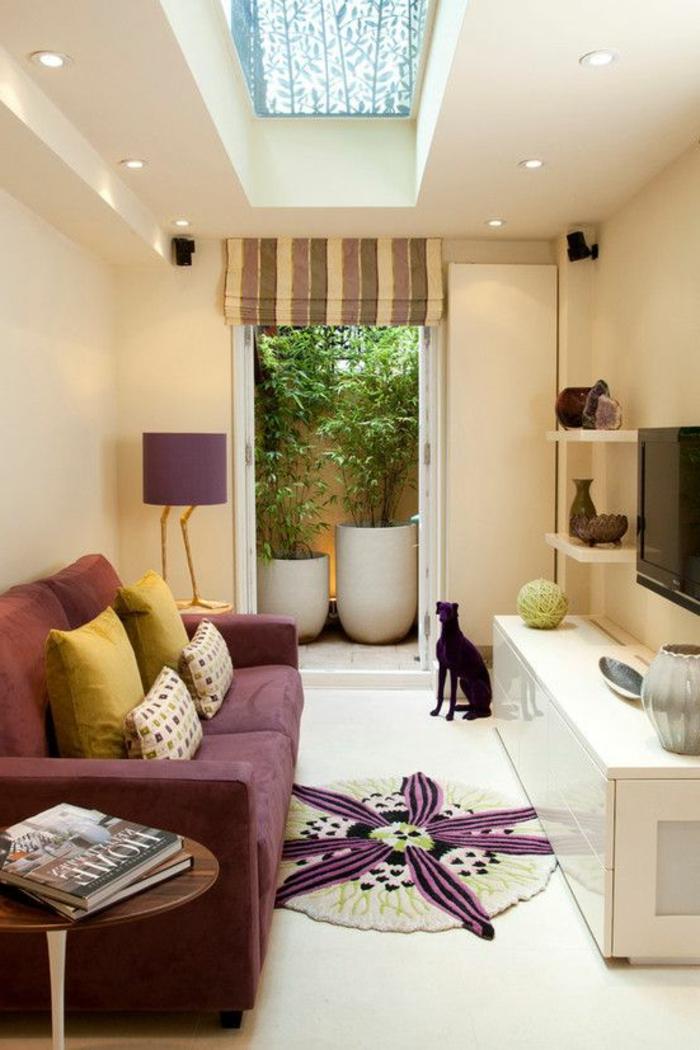 aménager une chambre de 10 m2, peinture murale beige, petite étagère, sol blanc et sofa