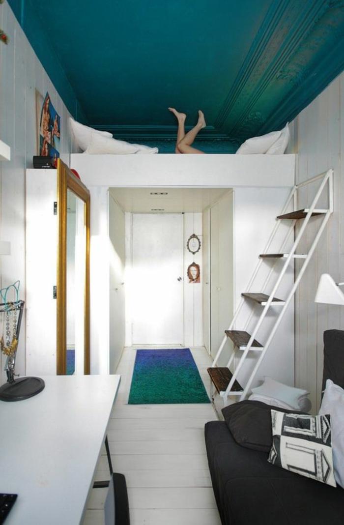 aménager une petite chambre, mezzanine blanc, bureau de travail et sofa futon