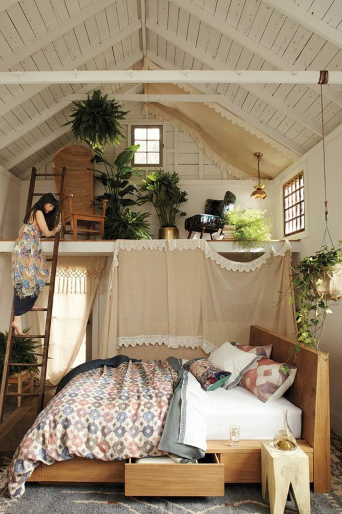 aménager une petite chambre avec mezzanine, chambre attique lambris blanc