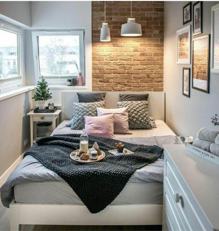aménager une petite chambre, mur en briques, lampes blanches suspendues, grand lit