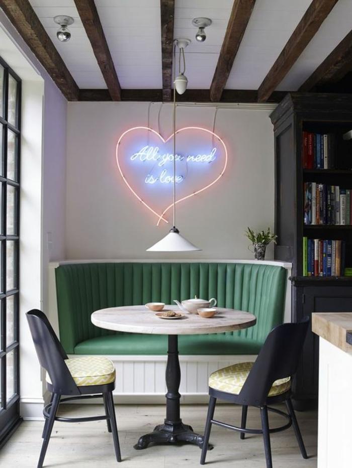 aménager une petite chambre, table ronde avec deux chaises, bibliothèque