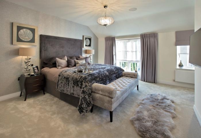 couleur chambre adulte, tapis gris en faux fur, banc couleur marbre capitonné, lampe de chevet en argent