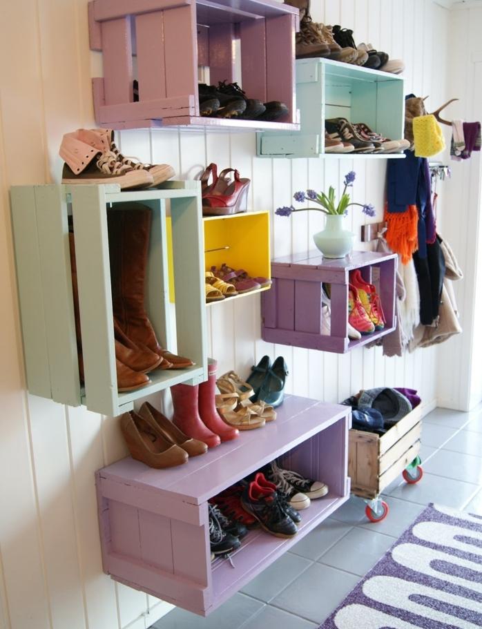 amenagement couloir, meuble de rangement chaussures à différents niveaux, de couelurs diverses, lambris blanc, carrelage gris