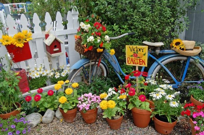 decoration exterieur de jardin, vélo peint en bleu, signe jardin, mangeoire d'oiseaux, chapeau en paille