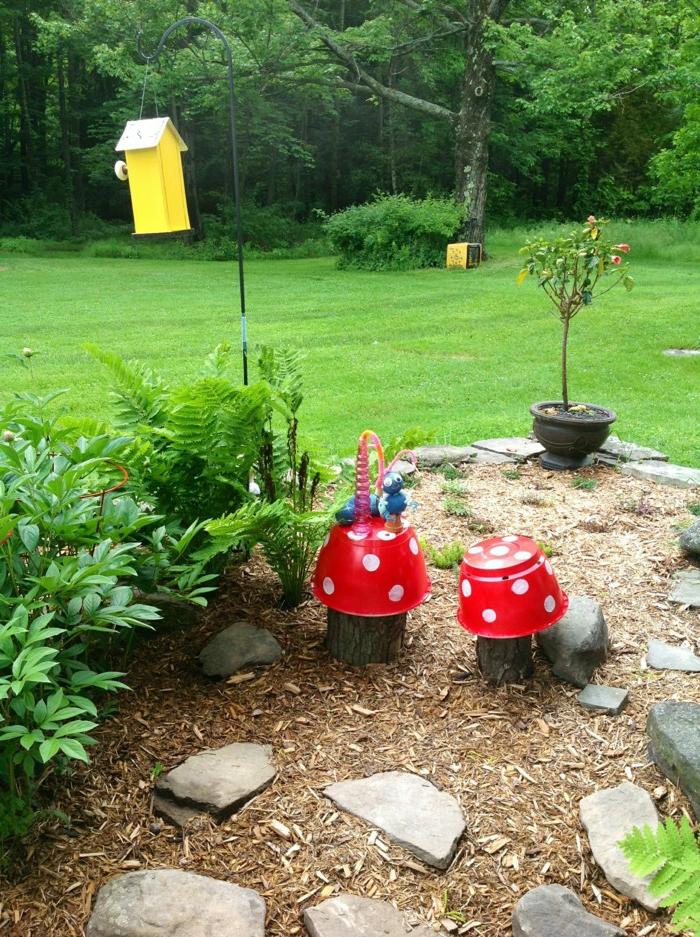 idee deco jardin, pierres dans le jardin, gazon vert, mangeoire pour oiseaux, bassins diy champignons rouges