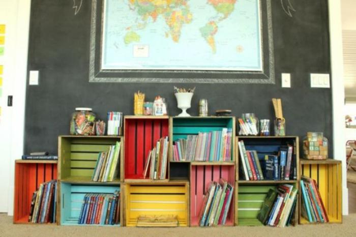 bibliothèque caisse de vin, intérieur caissette colorée, idée comment ranger des livres, fourniture de bureau, carte du monde, projet avec cagette bois