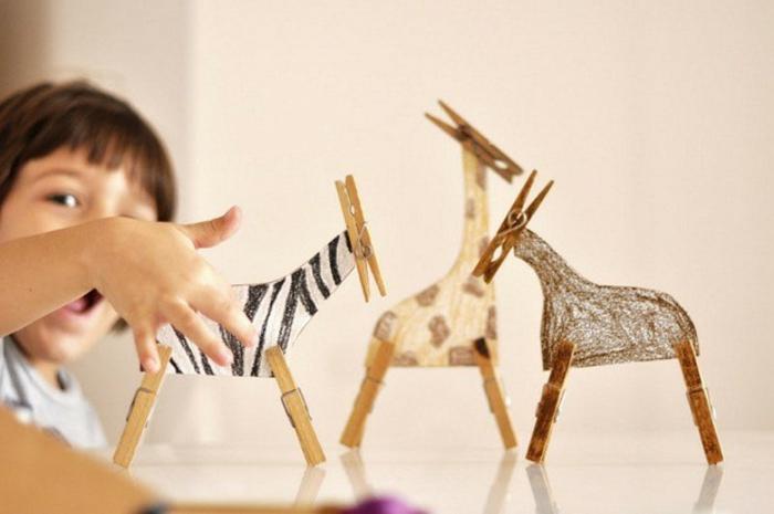 activité manuelle pour enfants, créer une sculpture d'animal africain avec des pinces à linge, que faire avec des pinces à linges en bois pour amuser les enfants