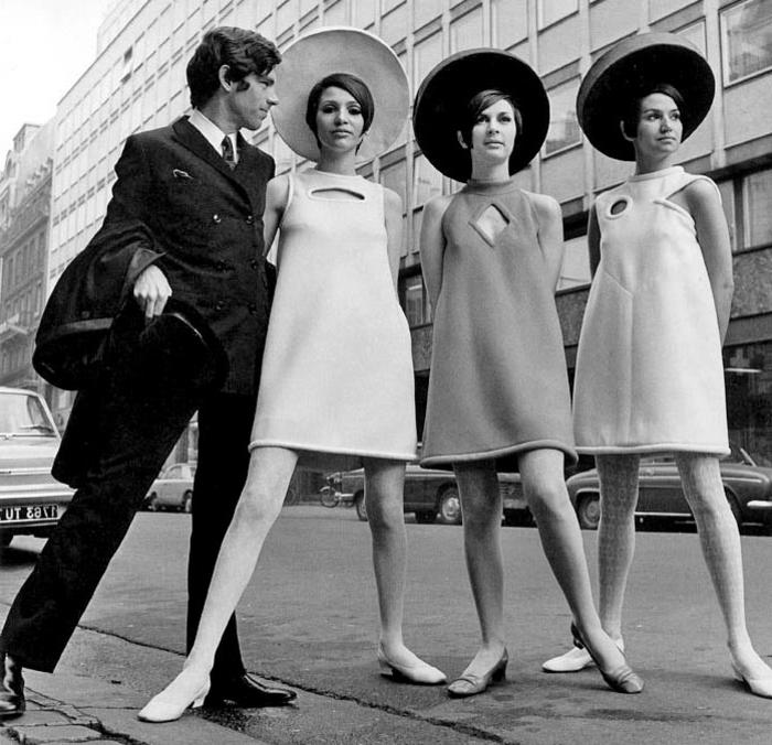 année 60 mode, des femmes en robes trapèze avec grands chapeaux feutre