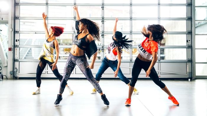 sport pour femme, baskets oranges, baskets en toile jaune et blanc, entrainement sportif, legging noir, jeans