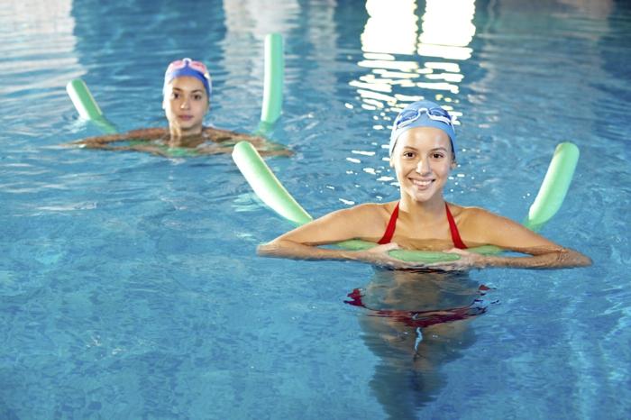 sport pour maigrir, piscine intérieur, frites vertes, bonnet de natation bleu, lunettes de natation rose, maillot de bain rouge