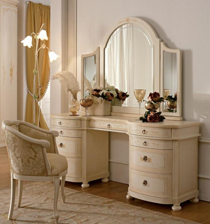 chambre boudoir, tapis beige, fauteuil beige damassé, bouquet de fleurs, vase avec plumes, rideaux jaunes