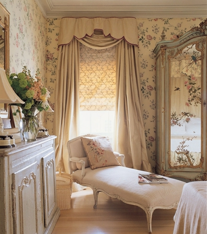couleur chambre adulte, coin de maquillage, chaise longue beige, coussins décoratifs à motifs rose