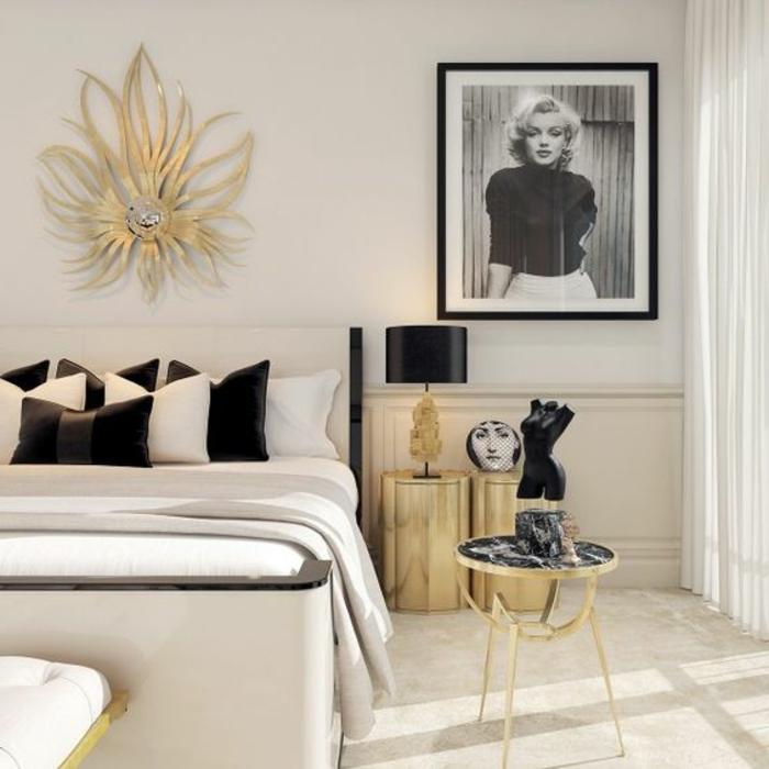 art nouveau art déco, table basse dorée, portrait de Marilyne Monroe, décoration murale dorée, coussins en noir et blanc