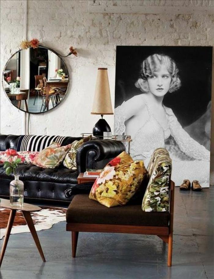 art nouveau art déco, portrait de femme rétro, mur en briques, miroir rond, sofa en cuir