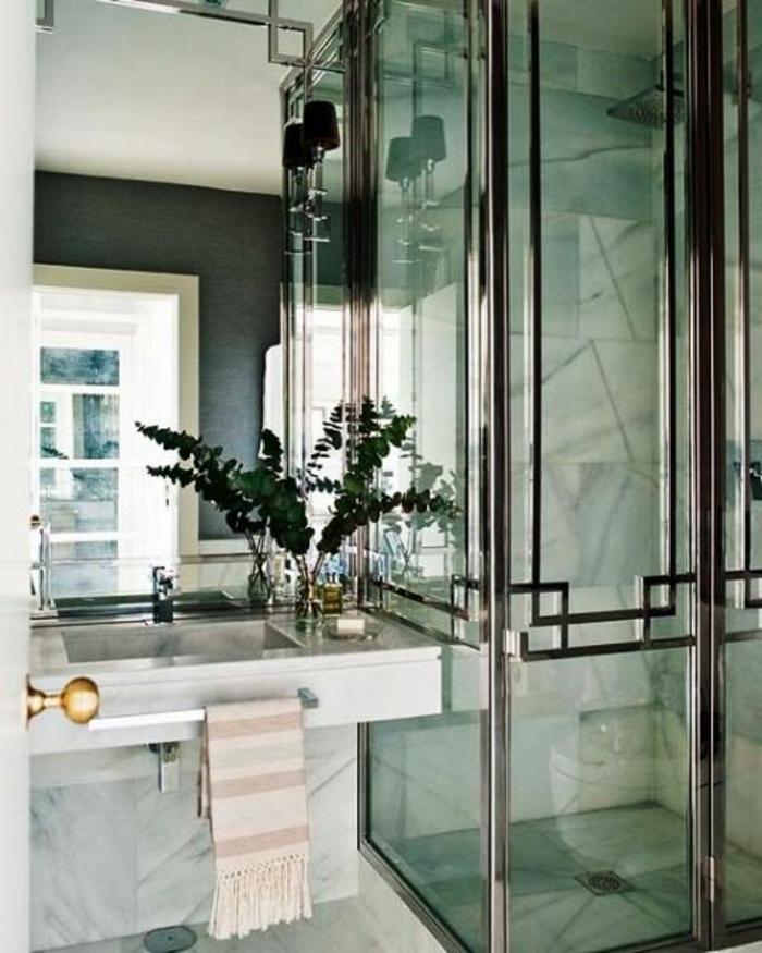 art nouveau art déco, murs en marbre, grand miroir, cabine de douche en verre, lavabo rectangulaire
