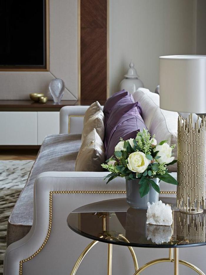 art nouveau art déco, sofa gris, coussins déco lilas et beiges, lampe art déco, table ronde